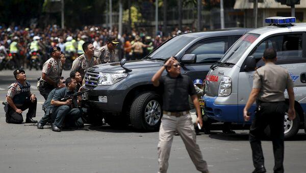 Police officers react near the site of a blast in Jakarta, Indonesia, January 14, 2016 - Sputnik International