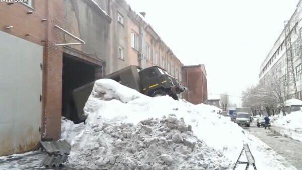 Russian method of exiting garage in snow - Sputnik International