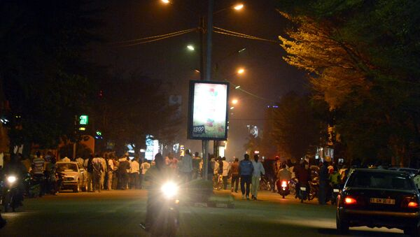 People gather on Kwame Nkruma avenue near Hotel Splendid where the attackers remain with sporadic gunfire continuing in Burkina Faso's capital Ouagadougou on January 15, 2016. - Sputnik International