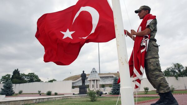 Turkish soldier handles a national flag at the monument of Sukru Pasa, a national hero who defended Edirne region during the Balkan War in 1913, in Edirne, western Turkey (File) - Sputnik International