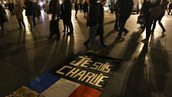 People walk around to banner reading Je suis Charlie - Sputnik International