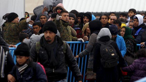 Migrants try to get on a train to Serbia at a transit camp on the Macedonia-Greece border near Gevgelija January 6, 2016 - Sputnik International