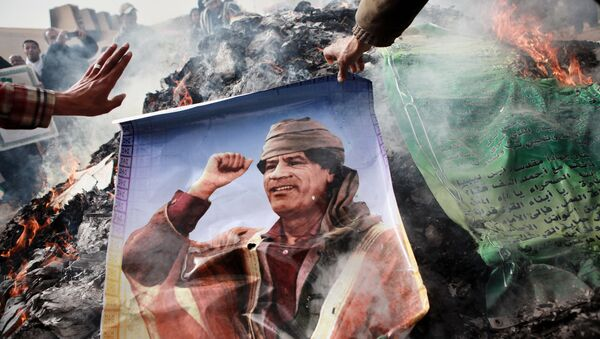 Benghazi residents burn portraits of Muammar Gaddafi, banners with his quotes and his Green Book - Sputnik International