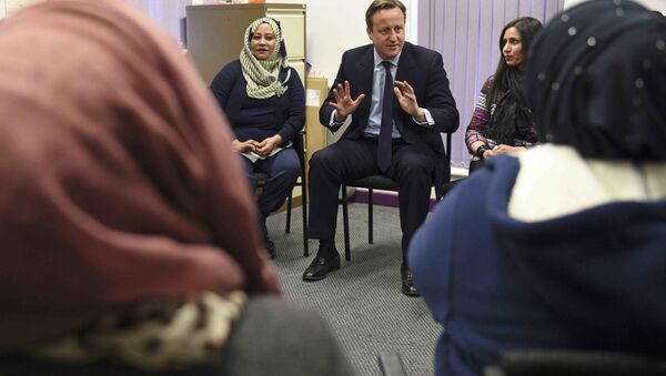 Britain's Prime Minister David Cameron speaks with women attending an English language class during a visit to the Shantona Women's Centre in Leeds, Britain January 18, 2016. - Sputnik International