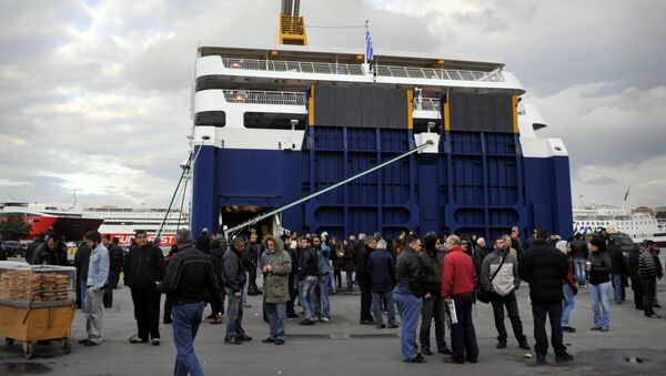 Communist-affiliated sailors and strike supporters gather on April 10, 2012 in front of a ferry at the port of Piraeus as Greek sailors began a two-day strike against government reforms - Sputnik International