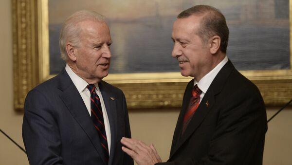 US Vice President Joe Biden (L) pose with Turkish President Rcep Tayyip Erdogan at Beylerbeyi Palace on November 22, 2014 in Istanbul - Sputnik International
