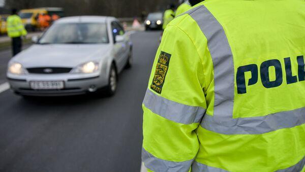 Danish Police officers check vehicles at the bordertown of Krusa, Denmark January 4, 2016. - Sputnik International