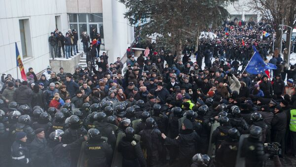 Protesters scuffle with riot police outside the Moldovan parliament after Democratic Party member of parliament Pavel Filip was elected as prime minister, in Chisinau, Moldova, January 20, 2016 - Sputnik International