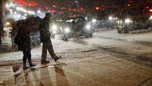 People cross a street as it snows in Washington - Sputnik International