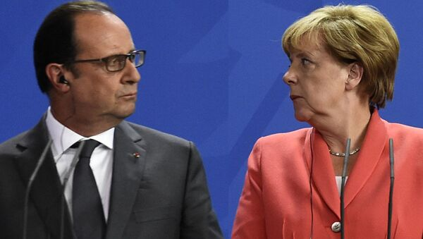 French President Francois Hollande (L) and German Chancellor Angela Merkel (R) address a press conference with the Ukrainian President following talks at the chancellery in Berlin on August 24, 2015. - Sputnik International