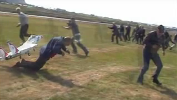 Man barely dives out of the RC plane's way - Sputnik International