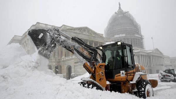 A Capitol Hill employee uses a heavy earth moving machine to clear snow during a winter storm in Washington January 23, 2016. A winter storm dumped nearly 2 feet (58 cm) of snow on the suburbs of Washington, D.C., on Saturday before moving on to Philadelphia and New York, paralyzing road, rail and airline travel along the U.S. East Coas - Sputnik International