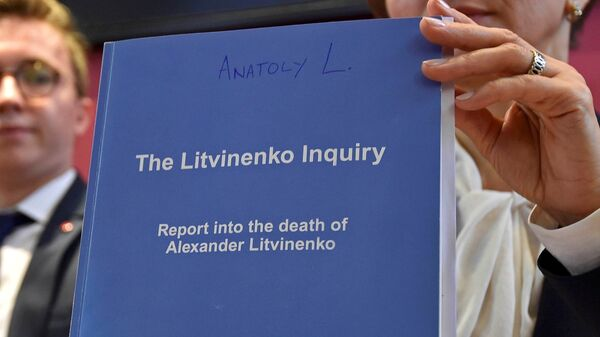 Marina Litvinenko, (R) widow of  Alexander Litvinenko, poses with a copy of The Litvinenko Inquiry Report with her son Anatoly (L) during a news conference in London, Britain, January 21, 2016. - Sputnik International