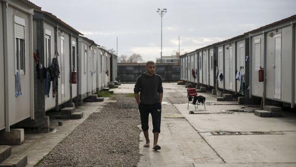 A refugee walks inside the Eleonas refugee camp in Athens, Greece, January 5, 2016 - Sputnik International