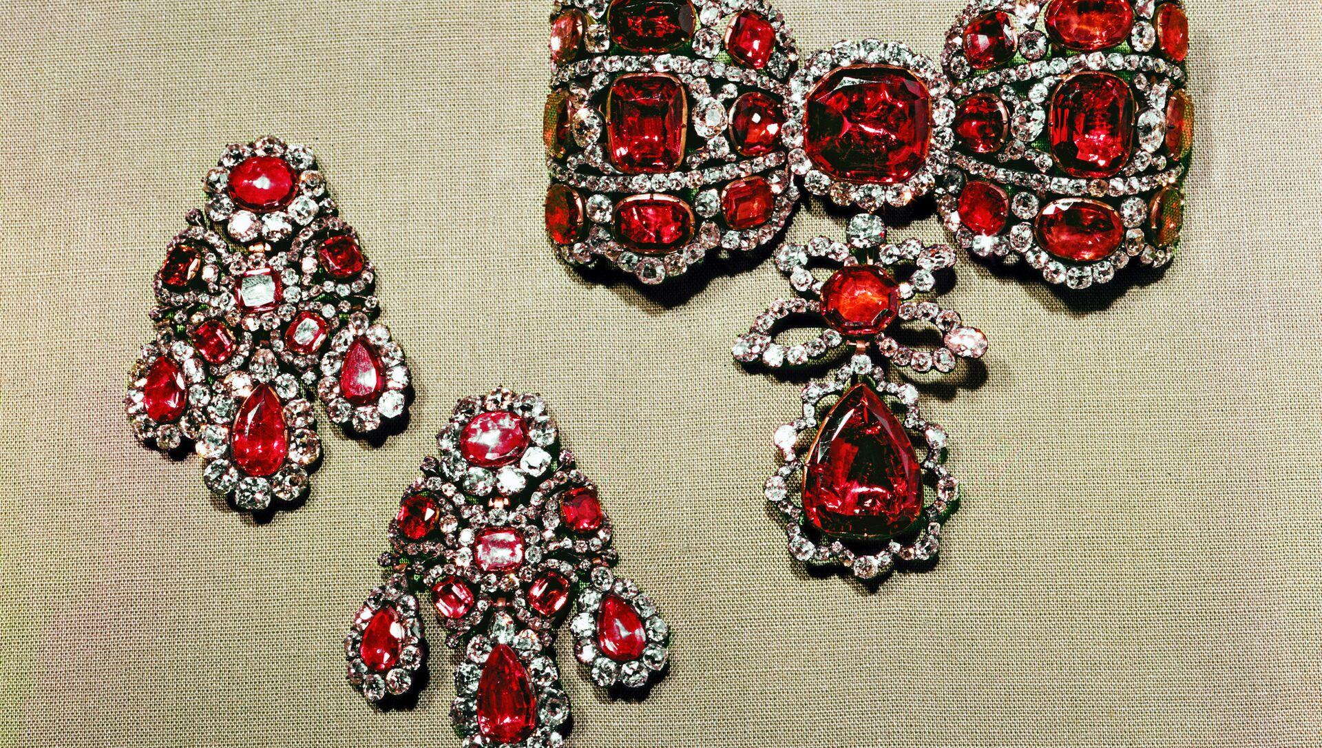 Bow en-esclavage and pendants from the Russian Diamond Fund - Sputnik International, 1920, 30.07.2021