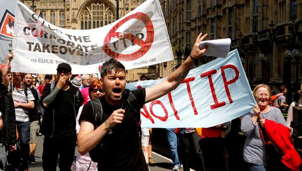 Protesters against the EU-US trade deal (TTIP - Transatlantic Trade and Investment Partnership) outside the Houses of Parliament march to Europe House, London, in 2014. - Sputnik International