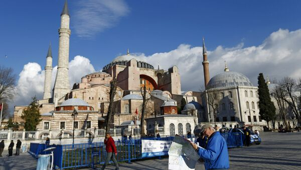 A tourist couple checks a map, near the Byzantine-era monument of Hagia Sophia, at Sultanahmet square in Istanbul,Turkey January 14, 2016 - Sputnik International