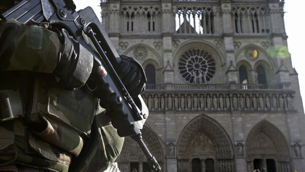An armed French soldier patrols in front of Notre Dame Cathedral in Paris, France, in this picture taken on December 24, 2015, as a security alert continued following the November shooting attacks in the French capital. Thousands of demonstrators marched in France January 30, 2016 to protest against the government's plans to extend the state of emergency in the country. Picture taken December 24, 2015. - Sputnik International