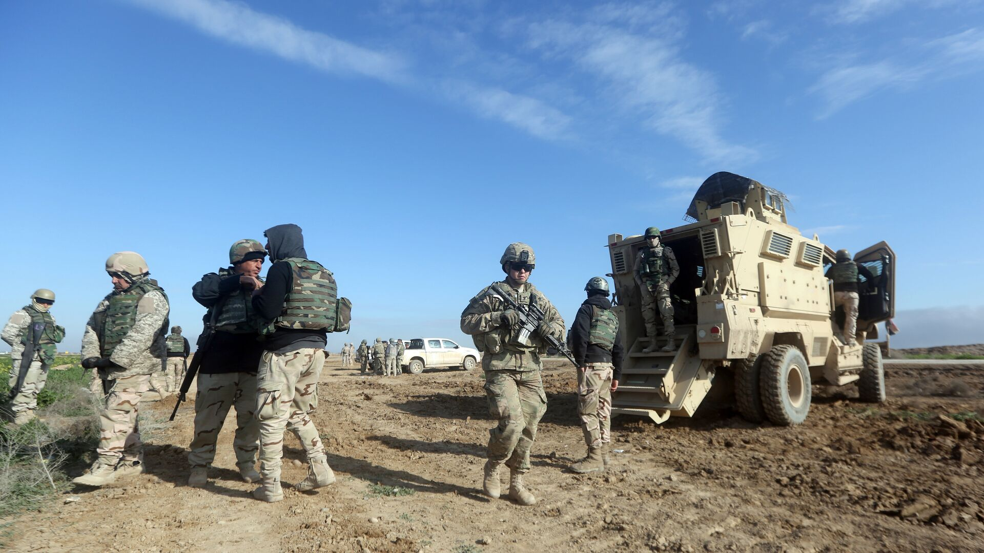 US soldiers monitor as they train Iraq's 72nd Brigade in a live-fire exercise in Basmaya base, southeast of the Iraqi capital, Baghdad, on January 27, 2016 - Sputnik International, 1920, 02.08.2021