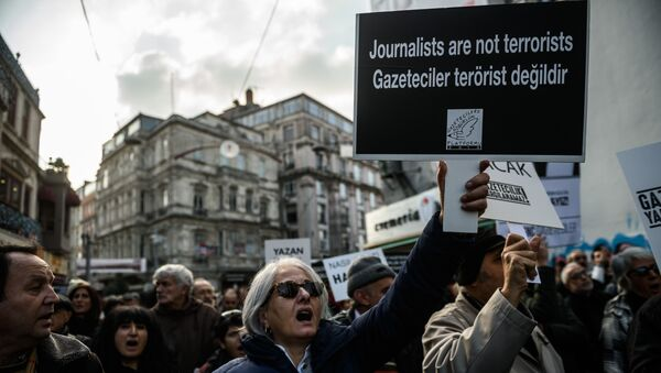 Journalists and Turkish intellectuals shout slogans during a demonstration on December 26, 2015 in Istanbul, following the arrest of Cumhuriyet newspaper's Editor in Chief - Sputnik International