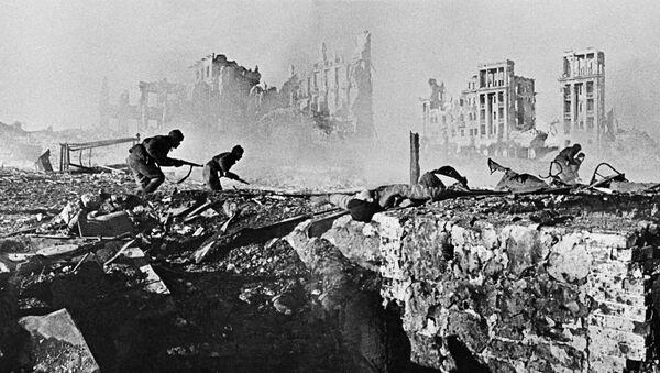 Soviet soldiers attack house - Sputnik International