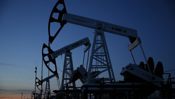 Pump jacks are seen at the Lukoil company owned Imilorskoye oil field, as the sun sets, outside the West Siberian city of Kogalym, Russia, January 25, 2016 - Sputnik International