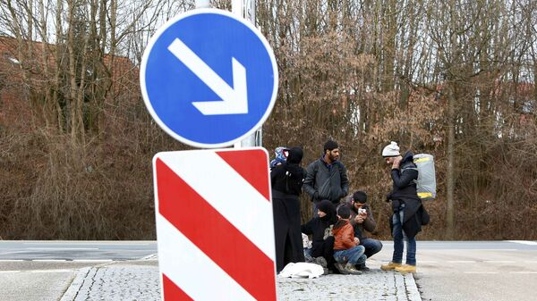 Migrants make a break in Erding downtown after their visit to the first registration camp of Erding near Munich, Germany, January 27, 2016 - Sputnik International