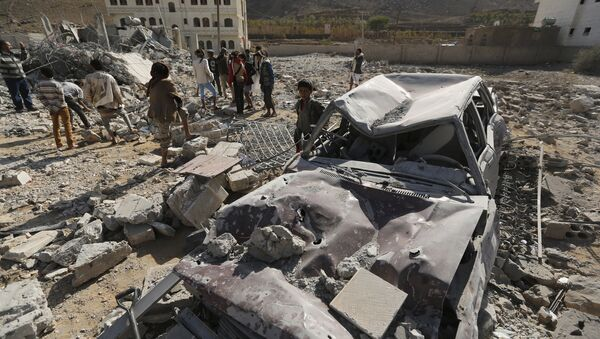 People gather at the site of a Saudi-led air strike in Yemen's capital Sanaa January 29, 2016 - Sputnik International