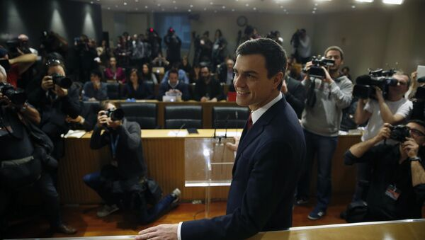 Spain's Socialist Party (PSOE) leader Pedro Sanchez poses before a news conference at Parliament in Madrid, Spain, February 2, 2016. - Sputnik International