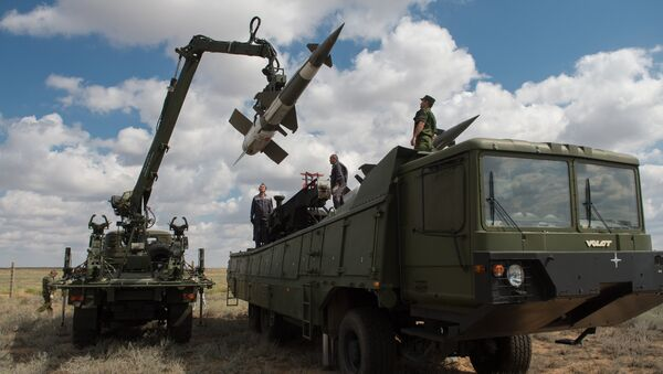 Servicemen load a Pechora-2M air defense complex of the Tajikistan armed forces during the 2013 Combat Commonwealth, a military drill for the CIS joint air defense system, at the Ashuluk training ground - Sputnik International