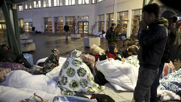 Refugees sleep outside the entrance of the Swedish Migration Agency's arrival center for asylum seekers at Jagersro in Malmo, Sweden, November 20, 2015. - Sputnik International