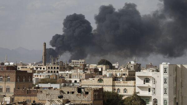 Smoke billows from a site hit by Saudi-led air strikes in Yemen's capital Sanaa January 30, 2016 - Sputnik International