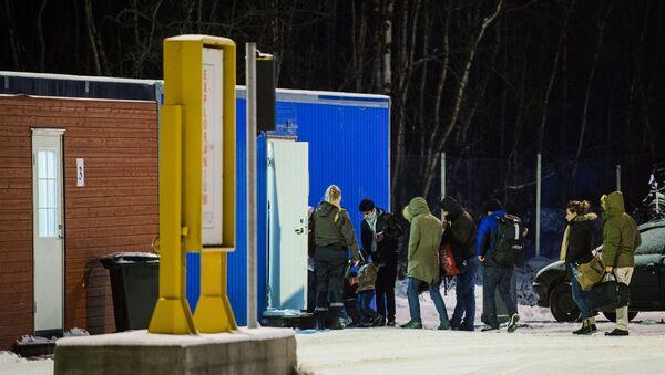 Refugees are welcomed upon arrival at the Norwegian border crossing station at Storskog after crossing the border from Russia on November 11, 2015 - Sputnik International