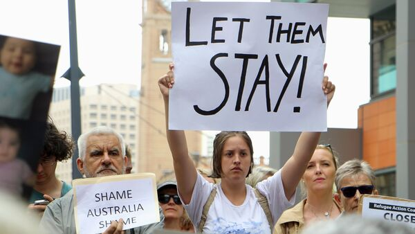 Activists hold placards and chant slogans as they protest outside the offices of the Australian Immigration Department in Sydney, Australia, February 4, 2016 - Sputnik International