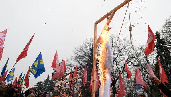 Protesters outside the Verkhovna Rada (parliament) building in Kiev call for Ukraine's government to step down - Sputnik International