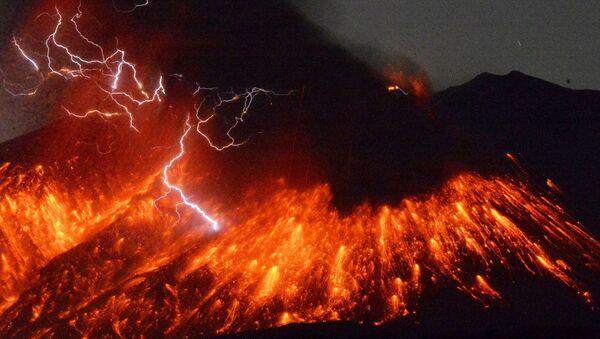 Volcanic lightning is seen at an eruption of Mount Sakurajima, in this photo taken from Tarumizu city, Kagoshima prefecture, southwestern Japan, in this photo taken by Kyodo February 5, 2016 - Sputnik International