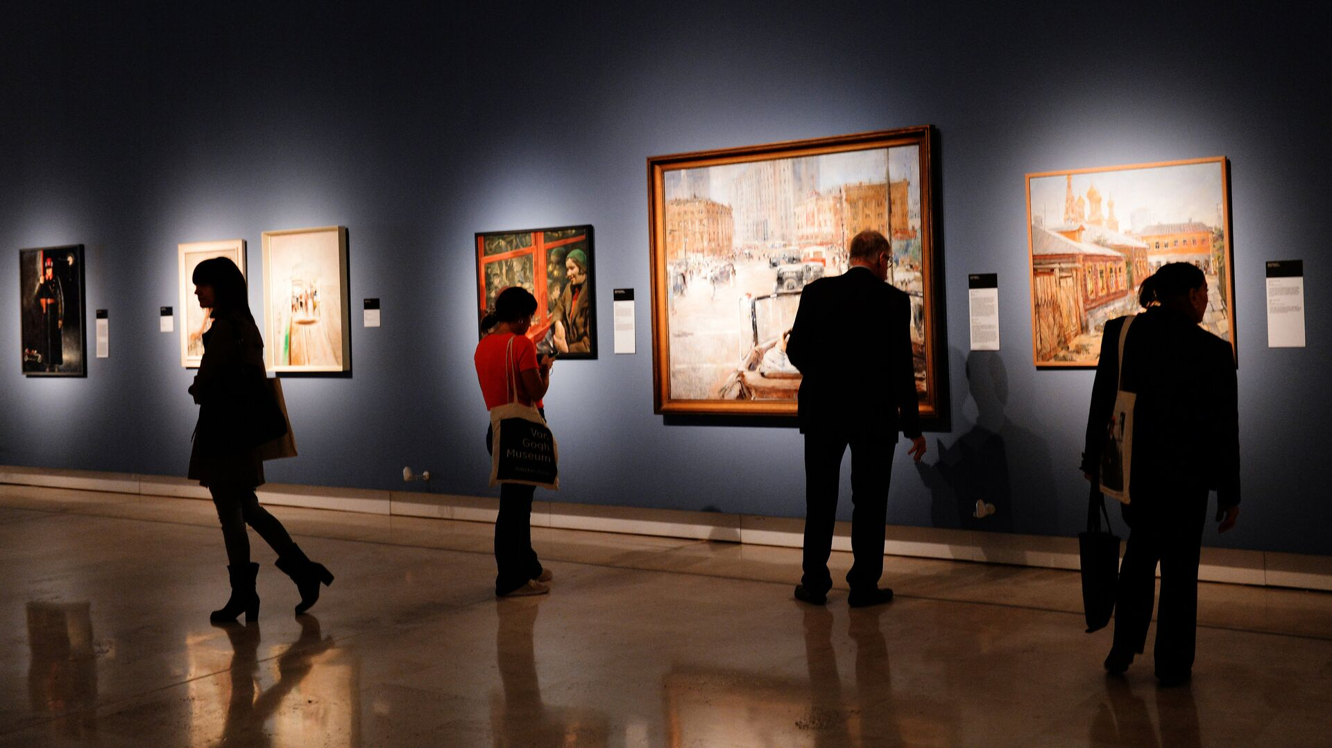 Visitors at the Palazzo delle Esposizioni in Rome attend an exhibition of paintings from the collection of the Institute for Russian Realist Art (IRRA), state-owned museums and private collections called 'Russia on the Road (1920-1990).' Center: The New Moscow by Yury Pimenov, courtesy of the State Tretyakov Gallery - Sputnik International, 1920, 12.10.2021