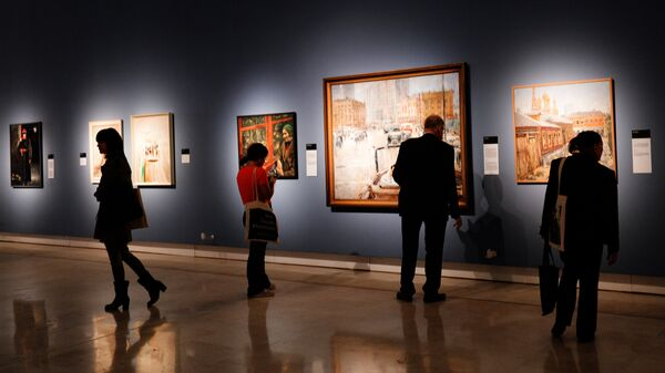 Visitors at the Palazzo delle Esposizioni in Rome attend an exhibition of paintings from the collection of the Institute for Russian Realist Art (IRRA), state-owned museums and private collections called 'Russia on the Road (1920-1990).' Center: The New Moscow by Yury Pimenov, courtesy of the State Tretyakov Gallery - Sputnik International