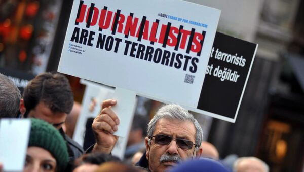 Turkish journalists gathered to protest against the jailing of opposition Cumhuriyet newspaper's editor-in-chief Can Dundar and Ankara representative Erdem Gul, in Istanbul, Saturday, Dec. 26, 2015 - Sputnik International