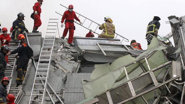 Rescue personnel work at the site where a 17-storey apartment building collapsed in an earthquake in Tainan, southern Taiwan, February 6, 2016 - Sputnik International
