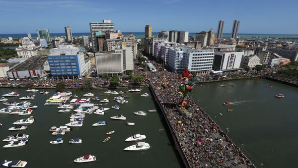 """Tens of thousands of people take part in the """"Galo da Madruga"""" or The Dawn Rooster carnival parade, in downtown of Recife, Pernambuco state, Brazil, Saturday, Feb. 6, 2016 - Sputnik International"""