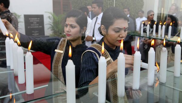 Indian hotel staff pay tribute to victims seven years after a deadly terror attack killed and injured staff and guests in Mumbai on November 26, 2015. A total of 166 people were killed in November 2008 when Islamist gunmen stormed luxury hotels, the main railway station, a Jewish centre and other sites in the booming metropolis of Mumbai, the financial heart of India. - Sputnik International