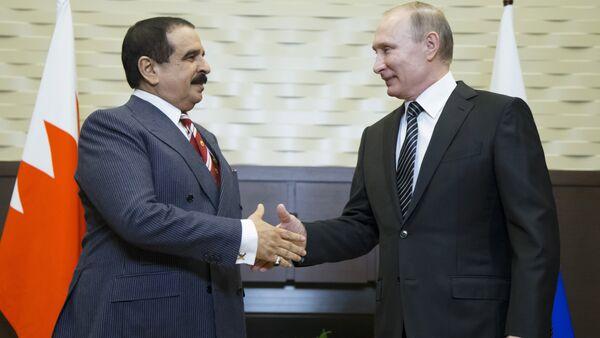 Russian President Vladimir Putin (R) welcomes Bahrain's King Hamad bin Isa Al Khalifa during a meeting at the Bocharov Ruchei state residence in Sochi, Russia - Sputnik International