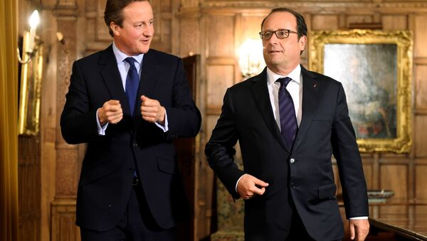French President Francois Hollande (R) meets with British Prime Minister David Cameron (L) in the Great Polour at the prime minister's Chequers residence before a working dinner near Ellesborough, northwest of London, on September 22, 2015. - Sputnik International