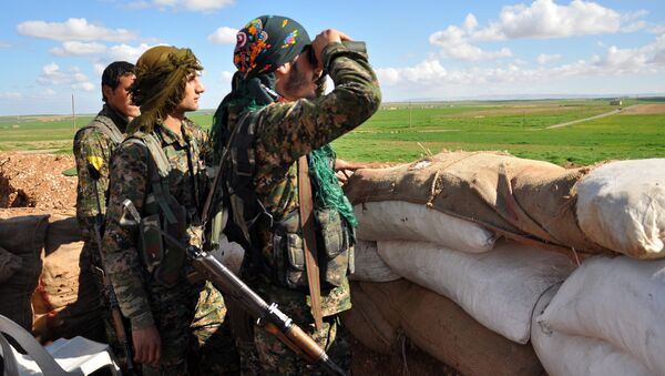 Members of the Kurdish People's Protection Units (YPG) monitor the positions of Islamic State (IS) group in the Syrian town of Ras al-Ain, close to the Turkish border on March 13, 2015 - Sputnik International