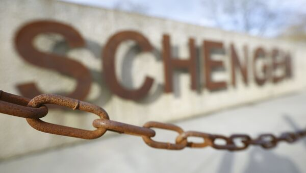 A rusty chain hangs in front of the quay of the small Luxembourg village of Schengen at the banks of the river Moselle January 27, 2016. - Sputnik International
