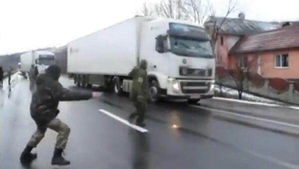 Nationalist activists in Ukraine blockade Russian trucks - Sputnik International