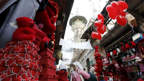 People shop for Valentine's Day gifts in al-Qaimaryeh street, in old Damascus, Syria February 11, 2016 - Sputnik International