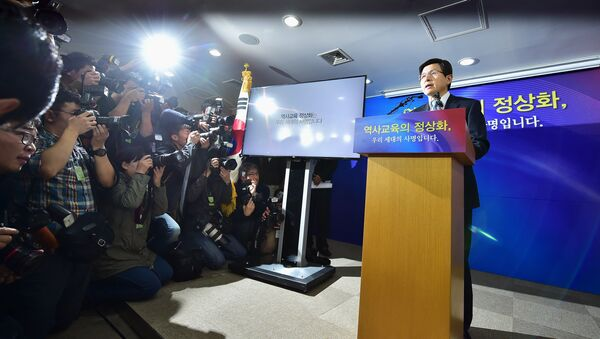 South Korean Prime Minister Hwang Kyo-Ahn (R) makes an announcement confirming the policy to have middle and highschool students taught history only with government-issued textbooks at the government complex in Seoul on November 3, 2015 - Sputnik International