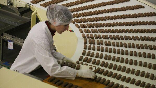 An employee at work, at the chocolate factory - Sputnik International